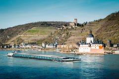 Ville de Kaub avec le bateau sur le Rhin, Rhénanie-Palatinat, Allemagne image libre de droits