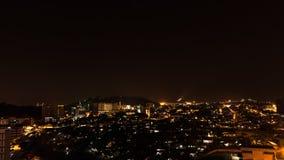 Ville de Kota Kinabalu la nuit, égalisant la scène en Malaisie Photo stock