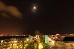 Ville de Kota Kinabalu la nuit, égalisant la scène en Malaisie Photographie stock libre de droits