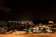 Ville de Kota Kinabalu la nuit, égalisant la scène en Malaisie Photos stock