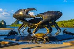 Ville de Krabi, Thaïlande, monument de statue des crabes près de la rivière image stock