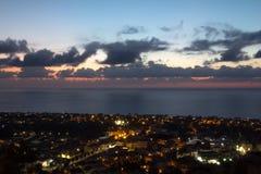 Ville de la Sicile avec la mer Photos stock