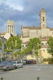 Ville de La Turbie avec DES Alpes et église, France de Trophee Image stock