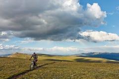 Montagne faisant du vélo dans la toundra alpine Photos libres de droits