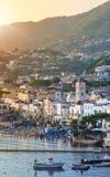 Ville de Lacco Ameno au lever de soleil La mer Méditerranée Photographie stock libre de droits