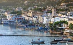 Ville de Lacco Ameno au matin Ischions île, Italie Photographie stock