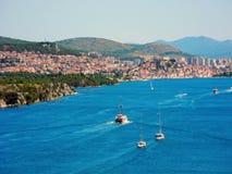 Ville de ligne de côte de Sibenik en Croatie Photographie stock libre de droits
