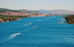 Ville de ligne de côte de Sibenik en Croatie Image libre de droits