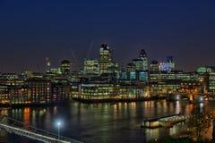 Ville de Londres au-dessus de fleuve la Tamise, à la tombée de la nuit Photographie stock libre de droits