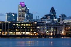 Ville de Londres illuminée avec les boucles olympiques Image stock