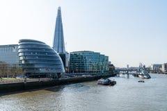 Ville de Londres, les horizons de la métropolitaine, les gratte-ciel modernes de la ville le long de la Tamise photographie stock libre de droits