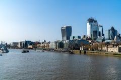 Ville de Londres, les horizons de la m?tropolitaine, les gratte-ciel modernes de la ville le long de la Tamise images libres de droits
