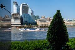 Ville de Londres, les horizons de la m?tropolitaine, les gratte-ciel modernes de la ville le long de la Tamise photographie stock libre de droits