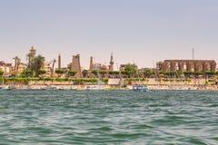Ville de Louxor sur la côte du Nil Photo libre de droits