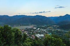 Ville de Mae Hong Son dans le nord de la Thaïlande du poin courbe de vue Photographie stock