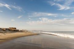 Ville de Mancora, de plage et de ressac au Pérou images libres de droits