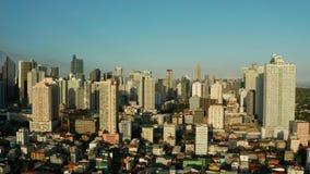 Ville de Manille, la capitale des Philippines avec les bâtiments modernes Silhouette d'homme se recroquevillant d'affaires banque de vidéos