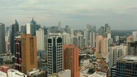 Ville de Manille, la capitale des Philippines avec les bâtiments modernes Silhouette d'homme se recroquevillant d'affaires clips vidéos