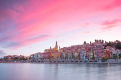 Ville de Menton la nuit, la Côte d'Azur, heure d'or avant coucher du soleil Photo libre de droits