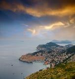 Ville de mer sous le coucher du soleil Photographie stock libre de droits