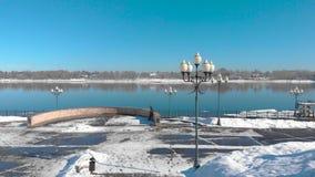 Ville de Milou dans l'hiver et le pilier de rivière clips vidéos