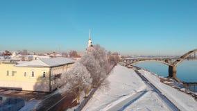 Ville de Milou dans l'hiver et le pilier de rivière banque de vidéos