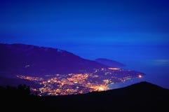 Ville de montagne de soirée Image stock