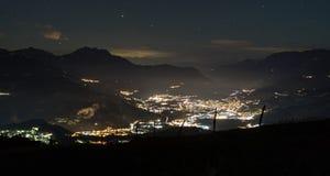 Ville de montagne la nuit Photos libres de droits
