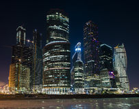 Ville de Moscou de centre d'affaires la nuit Photographie stock libre de droits