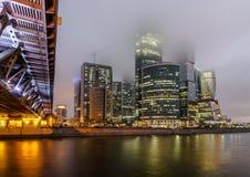 Ville de Moscou de centre d'affaires la nuit dans le brouillard Images libres de droits