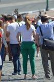 Ville de Moscou emballant la jeune femme beaucoup de visionneuses Photo stock