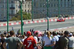 Ville de Moscou emballant la voiture de rouge de Ferrari de voiture de course d'A Photo libre de droits