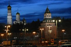 Ville de Moscou Kremlin et de Moscou la nuit photographie stock libre de droits