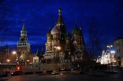 Ville de Moscou Kremlin et de Moscou la nuit images stock