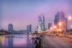 Ville de Moscou sous les nuages lilas Photographie stock