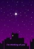 Ville de nuit, ciel pourpre et une grande étoile Photo stock