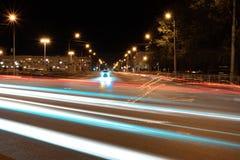 Ville de nuit et traces de passer les lignes rougeoyantes de voitures des phares, dans les lignes rougeoyantes rouges de fond photos libres de droits