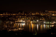 Ville de nuit - klaxon d'or de compartiment, Vladivostok Images libres de droits