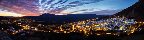 Ville de nuit de panorama de Chefchaouen Maroc Ville bleue dans la nuit l photographie stock