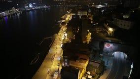 Ville de nuit de Porto sur la rivière de Douro avec le pont de St Luis banque de vidéos