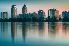Ville de nuit reflétée en eaux de rivière Photographie stock libre de droits