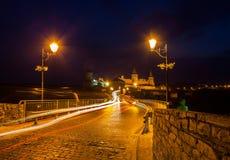 Ville de nuit. Ville historique de Kamyanets-Podolsky de district. Image stock