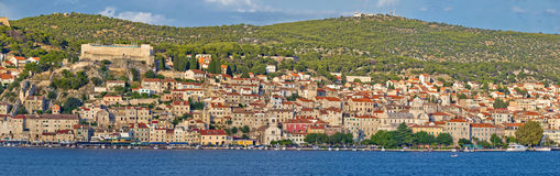 Ville de panorama de bord de mer de Sibenik Photo stock