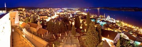 Ville de panorama de soirée de Sibenik Images libres de droits