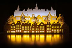 Ville de papier d'or d'hiver de nuit d'art avec des lumières de nouvelle année an neuf heureux de Noël joyeux Copiez l'espace pou photographie stock