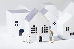 Ville de papier de peintres minuscules Image libre de droits