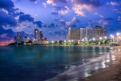 Ville de Pattaya et mer au crépuscule, Thaïlande Photographie stock libre de droits