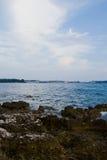 Ville de plage rocheuse et de bord de la mer photos libres de droits