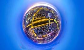 Ville de planète de concept - petit bâtiment de ville de planète pendant le crépuscule Photographie stock libre de droits