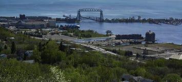 Ville de port et le pont d'ascenseur image stock